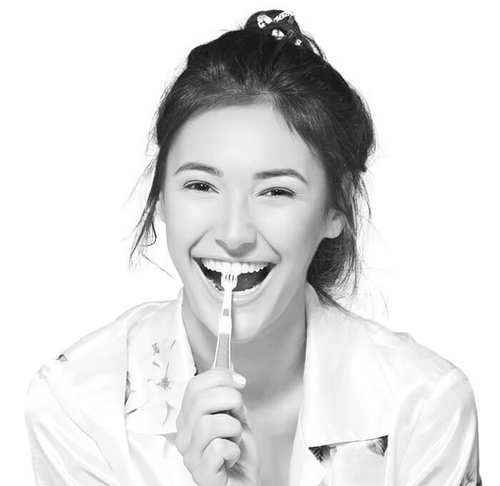 Rapariga com Escova de Dentes na Boca